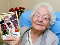 """HLV Arsene Wenger viết gì trong bức thư gửi đến """"cô bạn gái"""" 103 tuổi?"""