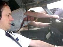 Rùng mình khoảnh khắc phi công bị hút khỏi cửa sổ máy bay