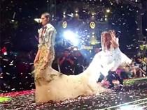 Clip: Đang hát rất sung, Hồ Ngọc Hà bất ngờ cúi xuống giúp chỉnh lại trang phục cho người mẫu đi catwalk