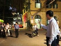 Hà Nội: Thầy hiệu trưởng đón, chào học sinh tại cổng trường mỗi ngày