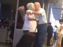 """Cụ ông ôm hoa đón vợ ở sân bay """"gây bão"""" vì siêu lãng mạn"""