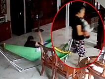 Xem camera, bố run rẩy thấy con 5 tháng tuổi bị bảo mẫu giật lắc, đánh mạnh liên tục vào đầu