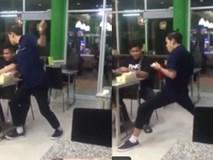 Clip hài: Đi ăn mà gặp gã bồi bàn này thì chỉ có 'đói lả'
