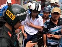 """Nhân chứng kể vụ cảnh sát cơ động """"lên gối"""" vào bụng học sinh ở Sài Gòn"""