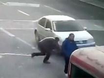 """Lao ra giữa đường chặn đầu xe để ăn vạ, người đàn ông """"hớ nặng"""""""