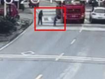 Clip: Thót tim chứng kiến bé gái bị xe tải cuốn vào gầm, thoát chết một cách thần kì