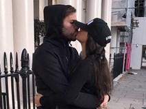 Fabregas hôn say đắm bạn gái hơn tuổi giữa phố London