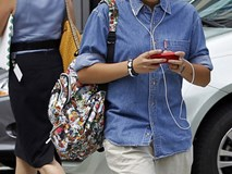 Vừa đi bộ vừa dùng điện thoại cũng bị phạt