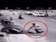 Tên cướp kéo lê người phụ nữ dưới đất, giật đồ, phản kháng dữ dội để thoát thân