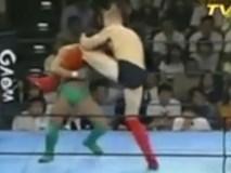 """Khổng lồ 2m10 - 130kg, 3 lần sấp mặt bởi """"chú bé"""": Rúng động MMA"""