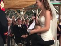 Bé 4 tuổi khóc nức nở, ôm mẹ kế trong đám cưới bố
