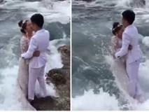 """Clip: Ra biển chụp ảnh cưới, đôi trẻ bị sóng lớn """"hạ đo ván"""" đến thảm hại"""