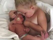 Hơn 4 triệu người xem cảnh chị gái dỗ em nín khóc yêu không tả nổi