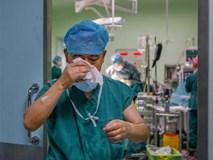 Nén nỗi đau mất bố, bác sĩ cố phẫu thuật cho bệnh nhân rồi òa khóc sau ca mổ