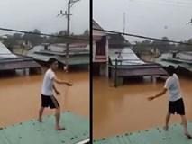 Người dân Quảng Nam đứng trên nóc nhà tiếp tế mì tôm cho nhau giữa ngày bão