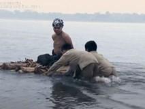 Thương nhớ ở ai': Bị cắt tóc bôi vôi, thả bè trôi sông vì chửa hoang