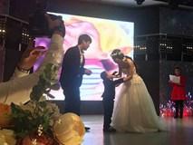 Dân mạng ứa nước mắt nhìn đám cưới của con trai 4 tuổi và mẹ ruột