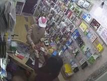 Clip: Đôi nam nữ dàn cảnh lừa tiền nhân viên bán hàng ở Hà Nội