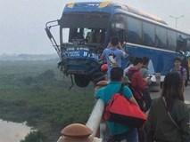 Clip hiện trường vụ tai nạn khiến xe khách suýt nữa lao xuống sông Hồng trên cầu Thanh Trì