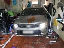 Đạp nhầm chân ga, ô tô tông thẳng vào tiệm tóc khiến một phụ nữ bị thương nặng