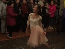 Cô dâu đi chân đất cùng hội chị em bạn dì 'quẩy' cực sung trong đám cưới