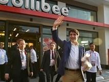"""Thủ tướng Canada """"gây bão"""" khi mua gà rán ở Philippines"""