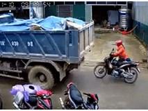 """Clip: Xe tải lùi ẩu, suýt """"nuốt chửng"""" chiếc xe máy chạy phía sau vào gầm, người phụ nữ may mắn thoát chết"""