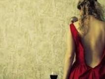Chị em tranh cãi chuyện mẹ trẻ hớ hênh mặc đồ ngủ sexy khi có anh hàng xóm trong nhà