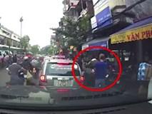 Gã đàn ông ngang nhiên rạch túi, móc đồ người dừng đèn đỏ ngay giữa đường