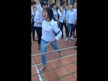 Video: Cô bạn cầm dép cổ vũ thi kéo co cuồng nhiệt thực sự!