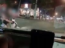 Nam thanh niên đi SH tạt đầu ô tô rồi hùng hổ quay lại chửi bới, đạp vỡ đèn xe