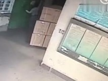Vừa bước vào thang máy, nhân viên giao hàng rơi thẳng xuống hố sâu 5m
