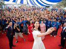 Hoa hậu Phạm Hương nhảy flashmob siêu đáng yêu cùng 1000 sinh viên Hà Nội