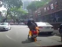 Clip: Xe đang đi bất ngờ bốc cháy, hai ninja bỏ của chạy lấy người ở Hà Nội