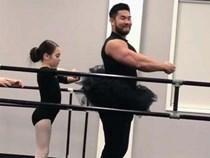 """Ông bố cơ bắp gốc Việt trở thành """"nam thần"""" của các mẹ khi mặc váy xòe múa ballet cùng con gái"""