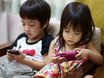 """Cách đơn giản để lấy điện thoại khỏi tay con đang chơi mà trẻ không """"nổi trận lôi đình"""""""