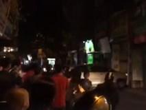 Hà Nội: Người dân hoảng loạn chứng kiến chiếc xe ô tô lao thẳng vào nhà hàng xóm
