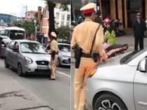 """Bị bắt dừng xe, nữ tài xế nhấn ga húc CSGT và nói: """"Đang rất bận, sẽ quay lại sau…"""""""