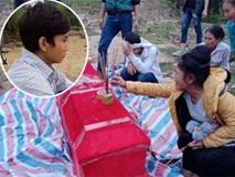 Con trai đau đớn khi tìm thấy thi thể mẹ đang mang bầu bị lũ cuốn cách đây 1 tháng