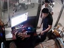 Nam thanh niên đang trông quán net bị khách dùng chai thủy tinh đập vào đầu