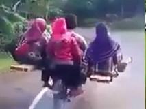 Choáng vì xe máy chở gần chục người lướt đi trên đường