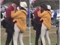 Ái nữ nhà ông Obama ôm hôn trai lạ, hút thuốc lá ngay trong khuôn viên trường đại học