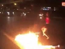 Clip: Đổ xăng, múa lửa giữa dòng xe cộ, cô gái trẻ gây bức xúc
