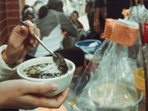 Gánh bánh trôi tàu nóng hổi đông khách, dù Hà Nội lạnh lắm vẫn chấp nhận đứng để thưởng thức