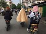 Hình ảnh đẹp: Cha chụp túi giữ ấm cho con trong ngày Hà Nội chuyển rét-2