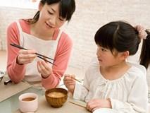 Sai lầm cố hữu hầu hết cha mẹ đang mắc phải khiến trẻ tự ti, nhút nhát