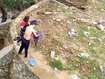 Người đàn ông lao xuống dòng nước lạnh cứu một phụ nữ nhảy cầu tự tử