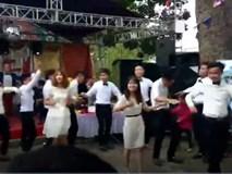 Clip: Nhà gái nhảy flashmob tung cả rạp cưới thế mà chú rể vẫn an nhiên như một khúc gỗ