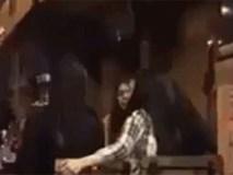 Giữa quán, cô gái tức giận cầm chai bia đập vào đầu