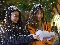 Nam thanh nữ tú đùa vui với tuyết nhân tạo như thật đầu đông